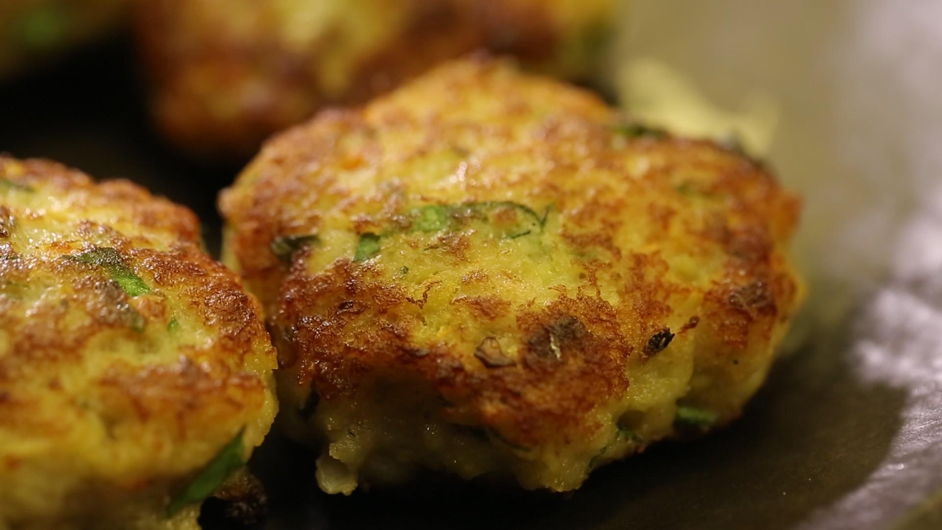 Фарш свино-говяжий г яйцо куриное 1 шт лук репчатый 1 шт картофель отварной г соль 1 ч.