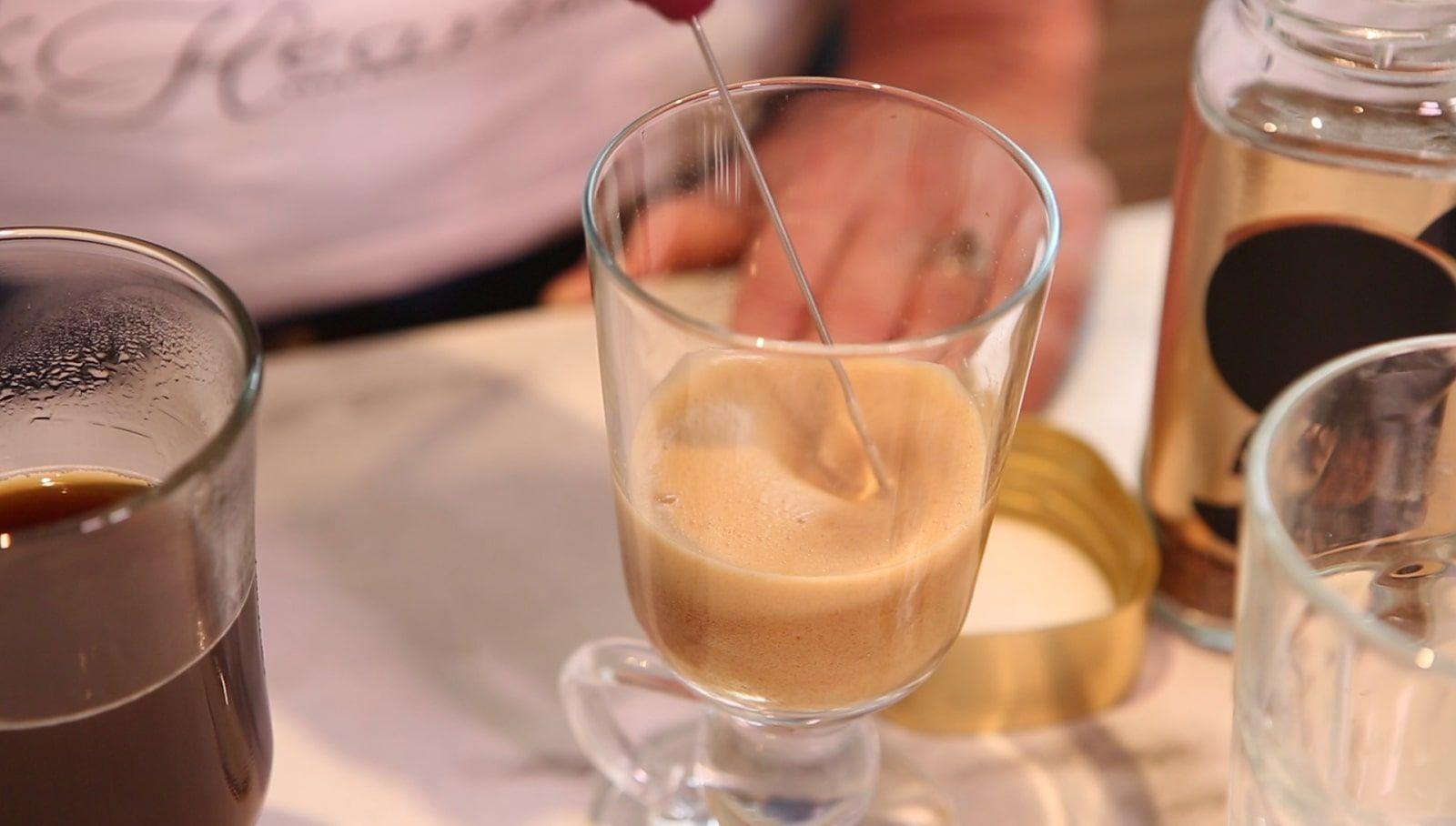 крем из сахара и воды растворимого кофе